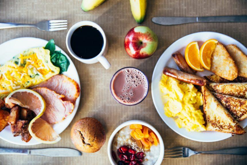 Zdrowe i kaloryczne śniadania do przygotowania w kilka minut