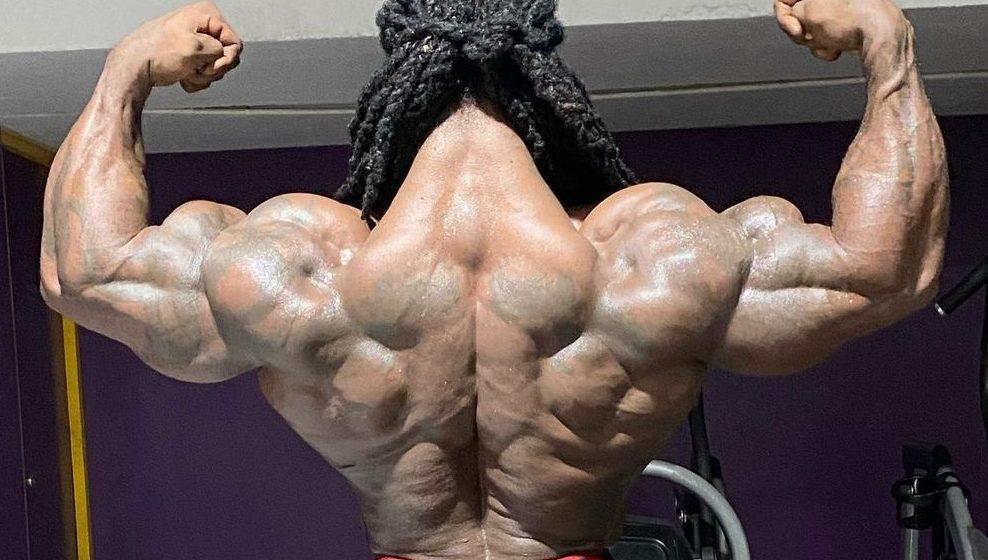 Trójkąt na karku! William Bonac wciąż zachwyca fenomenalną muskulaturą