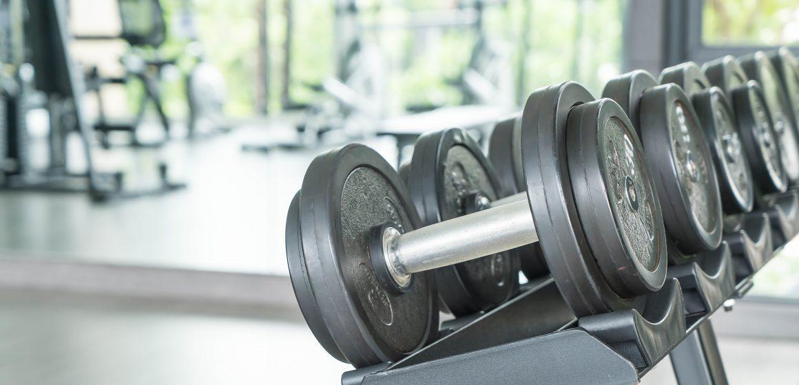 Maszyny czy ćwiczenia na wolnych ciężarach – który rodzaj treningu jest skuteczniejszy?