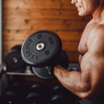 """""""Król bicepsów"""" motywuje i rzuca wyzwanie fanom. Zobacz, jak trenuje ramiona słynny Steve Kris!"""