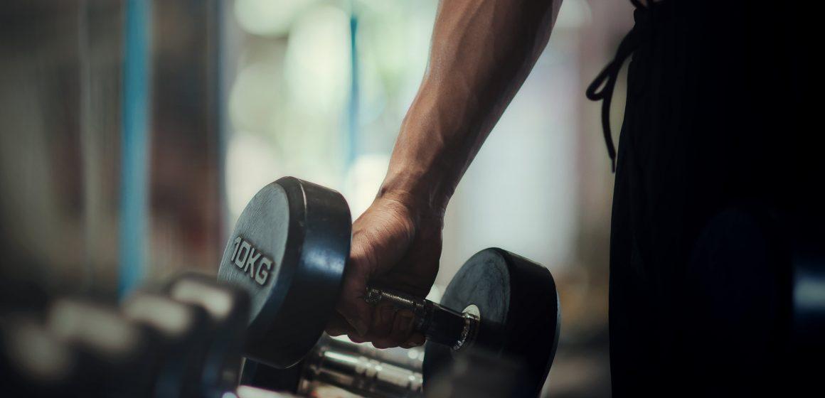 Żelazny uchwyt i poprawa wyników – dlaczego warto regularnie ćwiczyć przedramiona