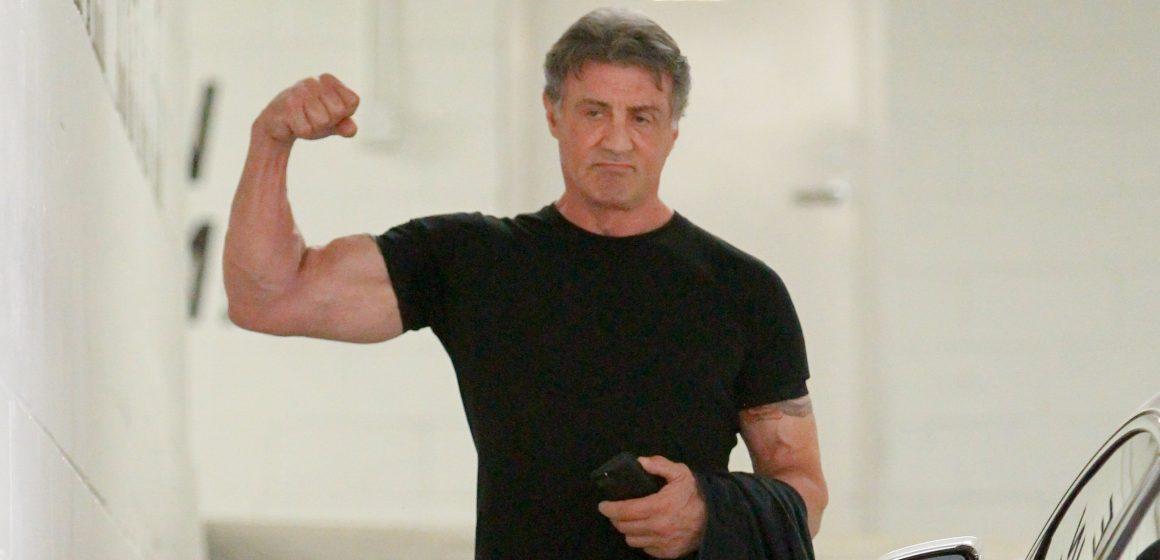 """Sylvester Stallone wrócił na siłownię! Słynny """"Rambo"""" zaprezentował spektakularny biceps"""