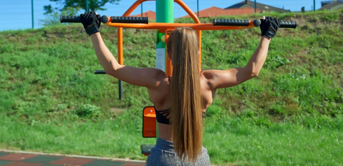 Jak zbudować masę mięśniową trenując na siłowni plenerowej?