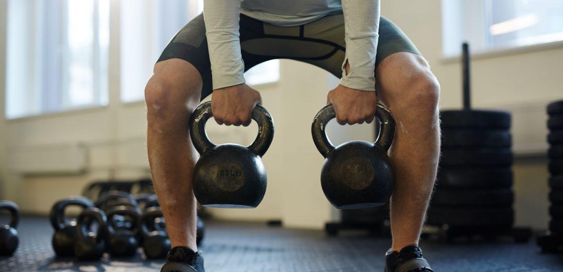 Jak trenować siłę przy użyciu obciążników kettlebell?